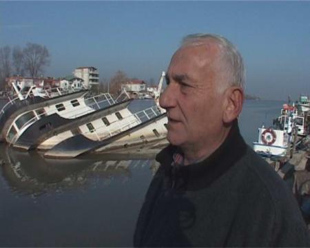 Karasu'daki batık tekne tehlike saçıyor