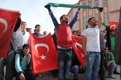 BDP'LİLERE TÜRK BAYRAKLI PROTESTO