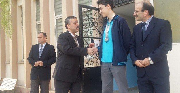 Wushu şampiyonuna okulunda ödül töreni