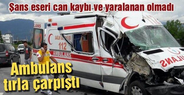 Ambulans tırla çarpıştı
