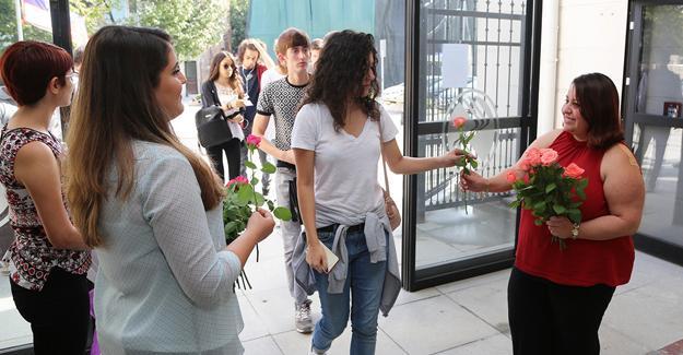 Turizm Fakültesi'nden çiçekli karşılama