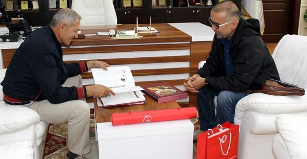 Başkan Dişli'ye iki anlamlı kitap