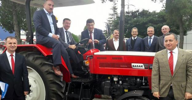 Hasan Ali Çelik Başak traktörde incelemelerde bulundu