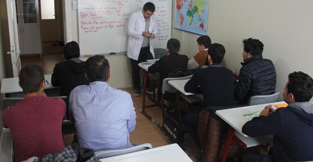 Misafir öğrenciler Türkçe öğreniyor