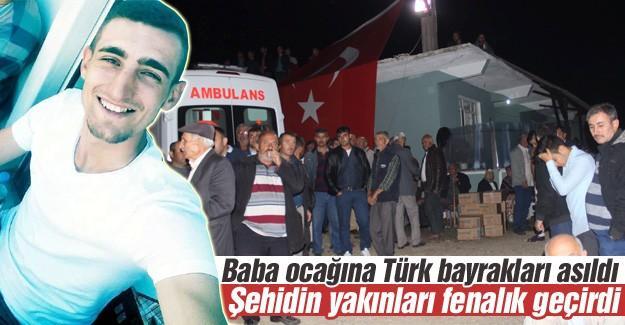 Şehidin evine Türk bayrakları asıldı
