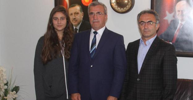 Sporcu dostu Başkan Akcan'dan Kübra'ya ödül