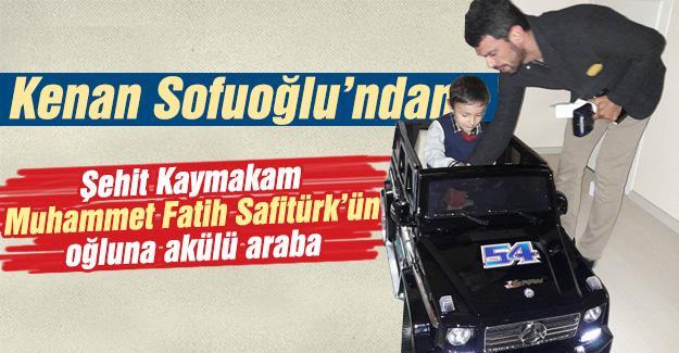 Sofuoğlu, şehit Kaymakam'ın oğluna akülü araba hediye etti