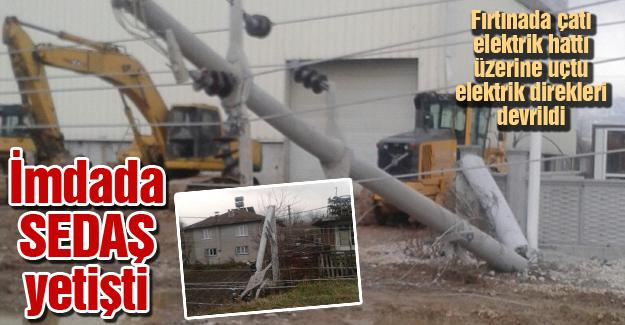 Fırtınada çatı elektrik hattı üzerine uçtu elektrik direkleri devrildi