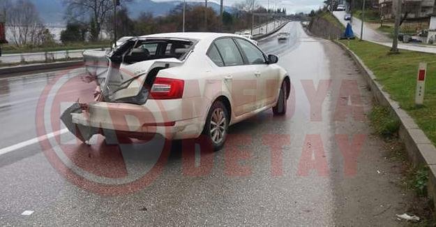 Kırmızı ışıkta duran otomobile tır çarptı