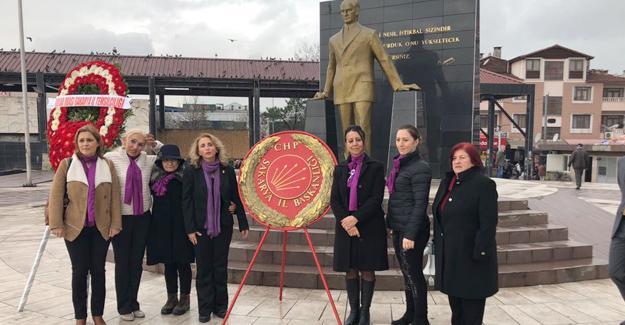 CHP'liler Atatürk anıtına çelenk koydu
