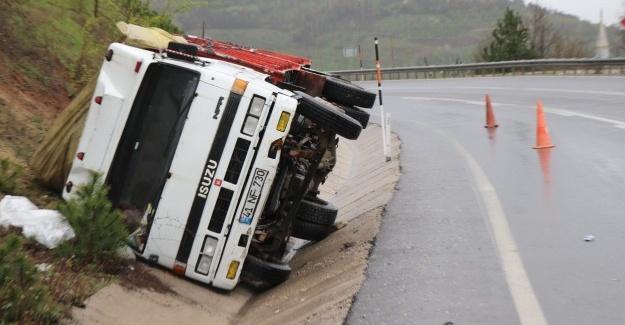 Su yüklü kamyon devrildi