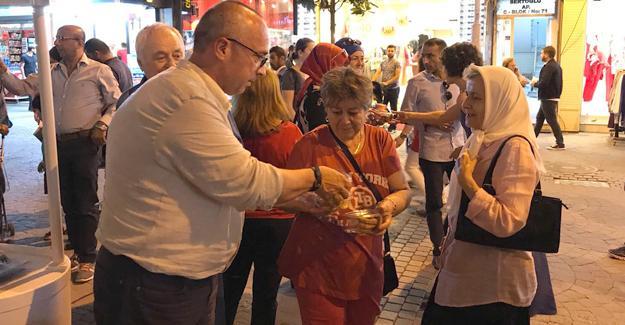 CHP'liler vatandaşlara dondurma ve kandil simidi ikram etti