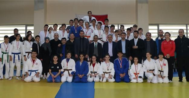 Genç judocular kürsüye çıktı