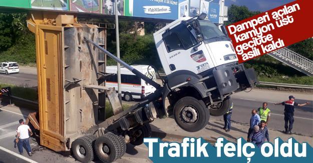 Damperi açılan kamyon üst geçitte asılı kaldı