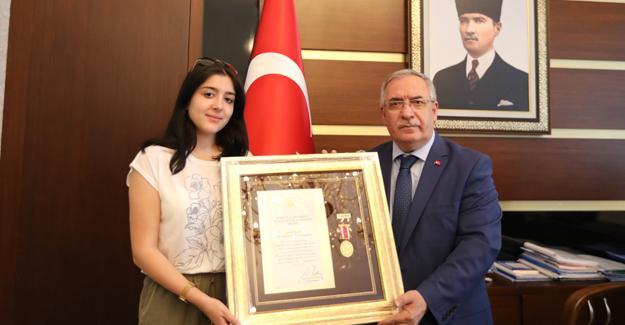 Şehit Albay'ın Devlet Övünç Madalyasını kızı aldı