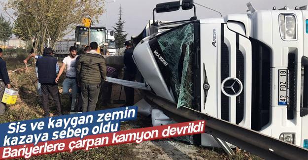 Bariyerlere çarpan kamyon devrildi