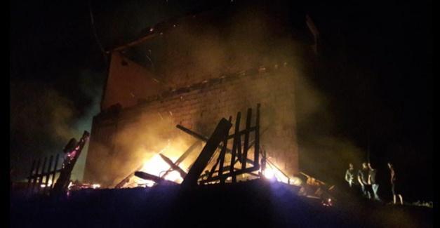 İki katlı ev tamamen yandı
