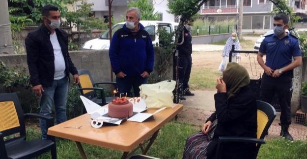 Oğlunu koronavirüsten kaybeden yaşlı kadına doğum günü sürprizi