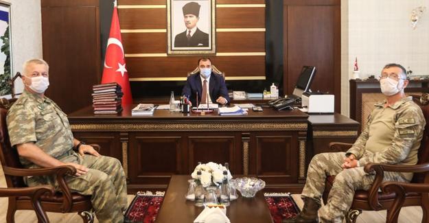 Komutanlardan Vali Çetin Oktay Kaldırım'a ziyaret