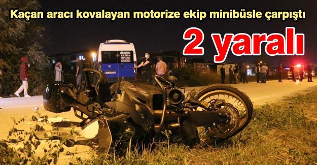 Kaçan aracı kovalayan motorize ekip minibüsle çarpıştı