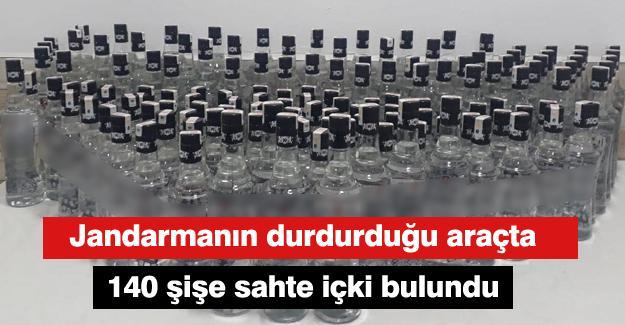 Jandarmanın durdurduğu araçta 140 şişe sahte içki bulundu
