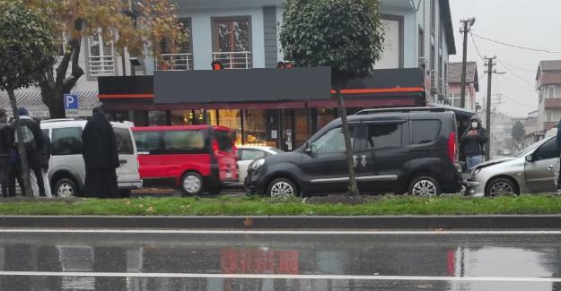 Yağmur kazaya sebep oldu! 5 araç birbirine girdi