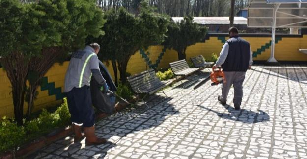 Camii avluları ve parklarda hummalı temizlik