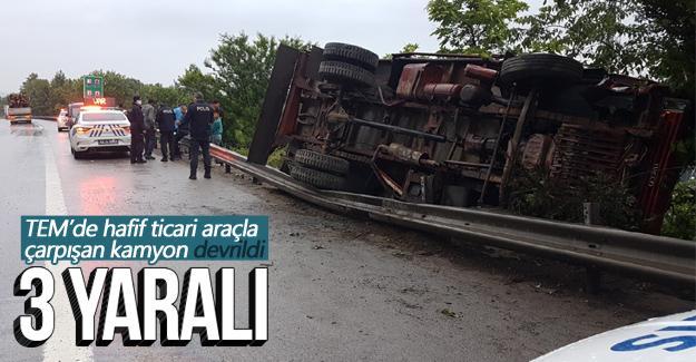 TEM'de hafif ticari araçla çarpışan kamyon devrildi
