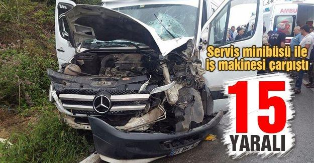 Servis minibüsü ile iş iş makinesi çarpıştı: 15 yaralı