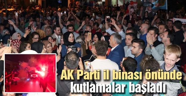 AK Parti il binası önünde kutlamalar başladı