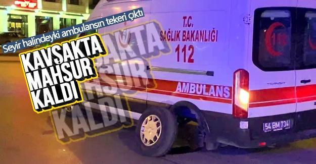 Tekeri çıkan ambulans kavşakta mahsur kaldı