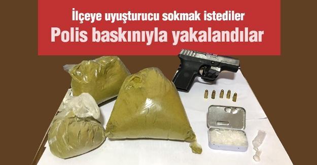 İlçeye uyuşturucu sokmak istediler! Polis baskınıyla yakalandılar