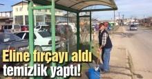 Duyarlı vatandaş otobüs duraklarını temizledi