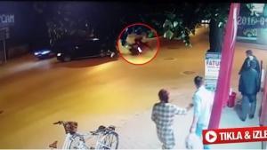 Yola kontrolsüz çıkan otomobile motosiklet çarptı